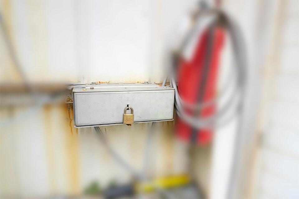步驟四、巡檢完畢,收好傳輸線及筆電架加鎖後,闔上盒蓋並加鎖